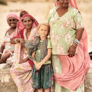 пустыня Тар, ребенок в окружении местных жителей. Фото Люся Маратканова