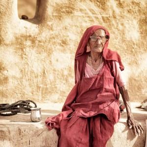 пожилая индийская женщина в пустыне Тар