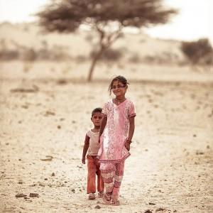 Брат и сестра в пустыне Тар