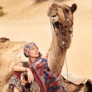 погонщица и верблюд в пустыне Тар