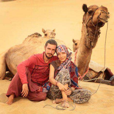 романтическое фото пары на фоне верблюдов в пустыне Тар. Фото Люси Мараткановой