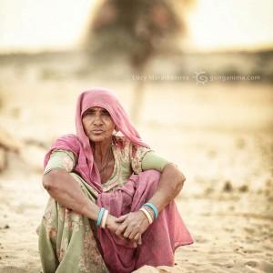 индийская пожилая женщина в пустыне Тар. Фото Люся Маратканова