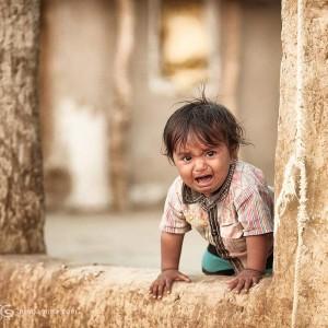 ребенок плачет в пустыне Тар. Фото Люся Маратканова