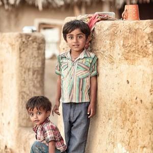 два мальчика на фоне стены в пустыне Тар. Фото Люся Маратканова