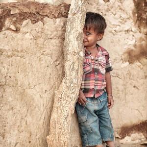 малыш заигрывает с камерой в пустыне Тар. Фото Люся Маратканова