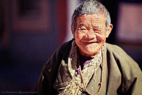 улыбка морщинистой бабушки в Тибете