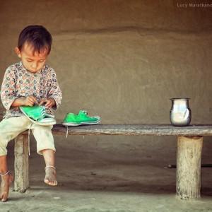 мальчик и старые кеды в непале