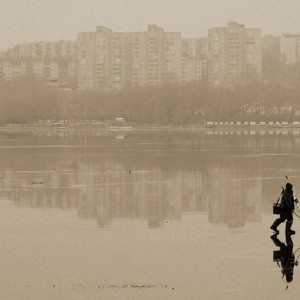 рыбак на льду пруда в ижевске