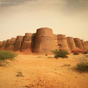 форт деравар в пустыне тар в пакистане