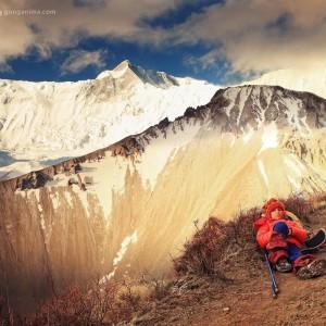 девочка на привале в горах у горы аннапурна