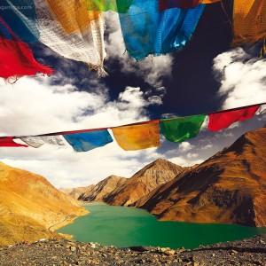 бирюзовое озеро ямдрок в тибете и молитвенные флаги