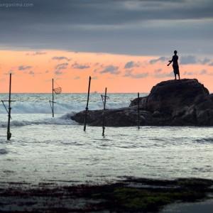 рыбак на закате в шри ланке