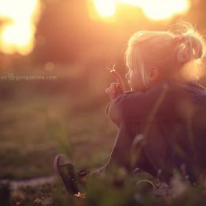 бабочка на руке у девочки на поле в дхарамсале