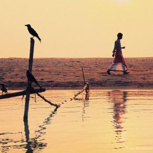 человек и ворона в варанаси в индии
