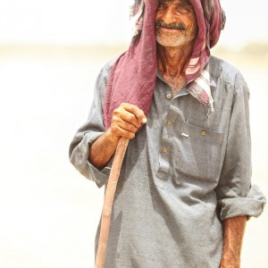 старый бедуин в пустыне в индии