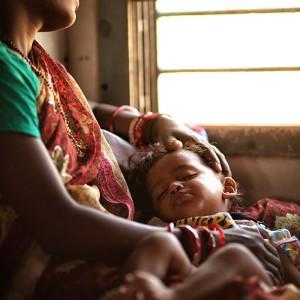 женщина с ребенком в индийском поезде