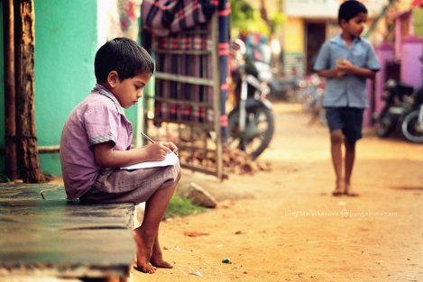 мальчик пишет в тетради. Фото Люси Мараткановой.