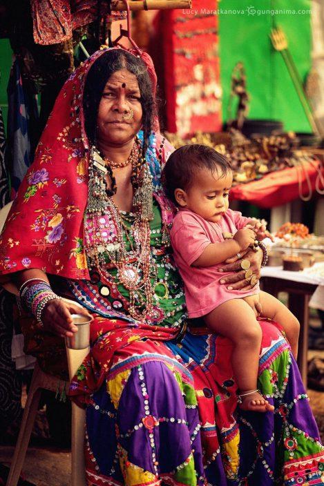 Индийская нарядная женщина с ребенком. Фото Люси Мараткановой.