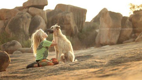 Девочка и собака на фоне камней в Хампи. Фото Люси Мараткановой.