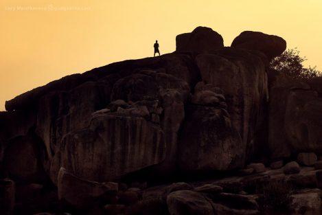 Фигура мужчины на каменной гряде в Хампи. Фото Люси Мараткановой.