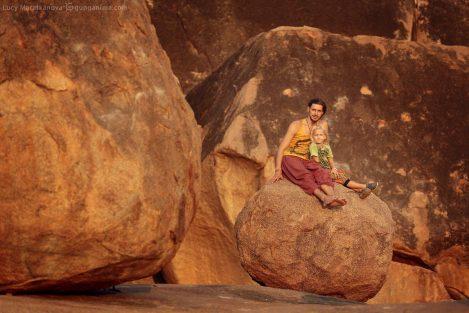 Папа с дочерью сидят на камне в Хампи. Фото Люси Мараткановой.