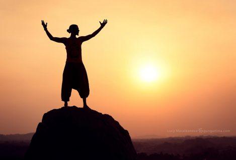Мужчина на вершине встречает солнце в Хампи. Фото Люси Мараткановой.