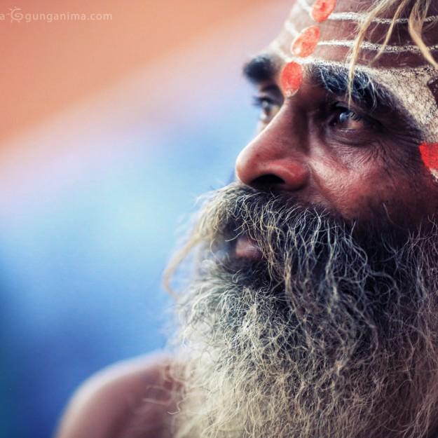 Раскрашенный садху с бородой в Варанаси. Фото Люси Мараткановой.