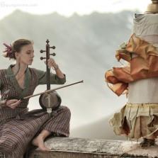 Люся играет на кеманче
