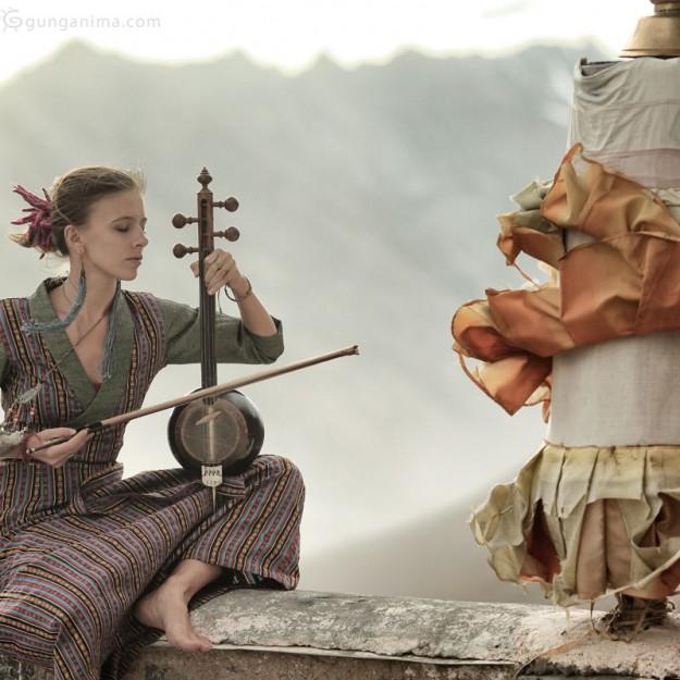 девушка играет на кеманче в индии