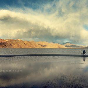 озеро пангонг в лехе в индии