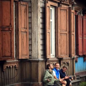на завалинке у деревянного дома в россии