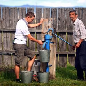 колонка с водой в русской деревне