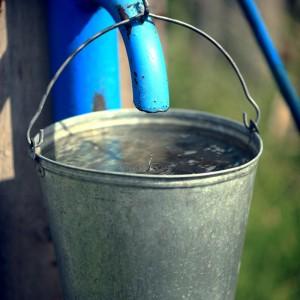 ведро с водой в деревне