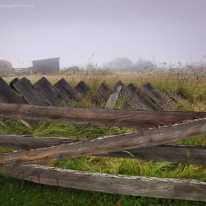 старый покосившийся забор на байкале