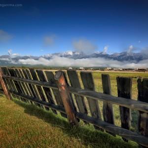 деревянный забор в тункинской долине в россии