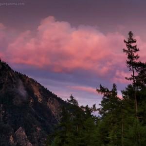 розовый закат над лесом на байкале в россии