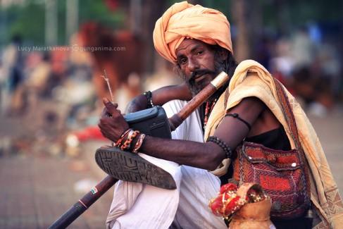 индус в чалме с флейтой в харидваре в индии