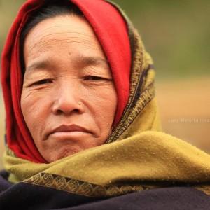 женщина в платке в непале
