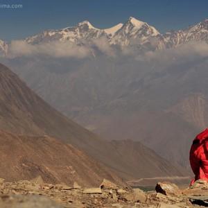 девочка смотрит на горы гималаи в непале