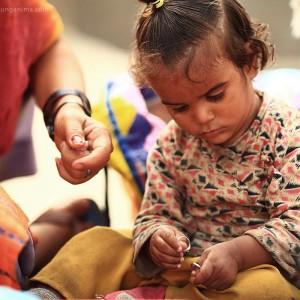 непальская девочка играет