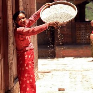 женщина на улице в непале в катманду