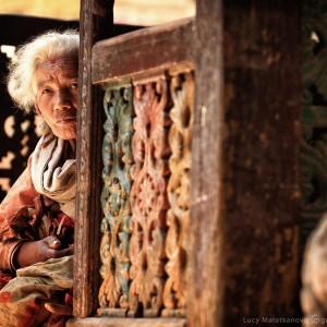 старая непальская женщина в катманду
