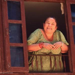 непальская женщина в окне