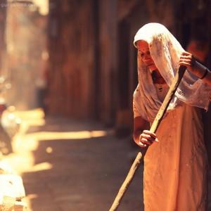 девушка подметает улицу в непале