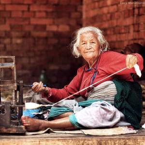 старая женщина за работой в непале