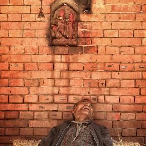 мужчина спит в катманду в непале