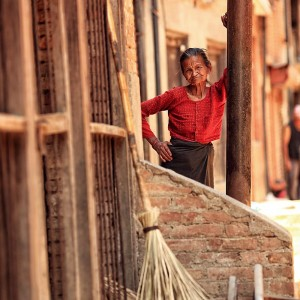 непальская бабушка стоит на улице Бактапура