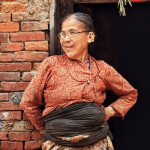 Бабушка непалка у стены