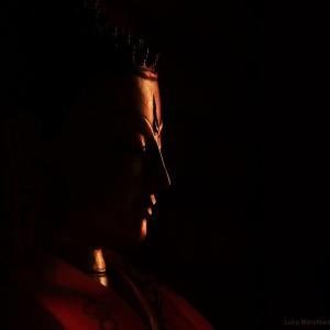 Лицо статуи Будды в темноте