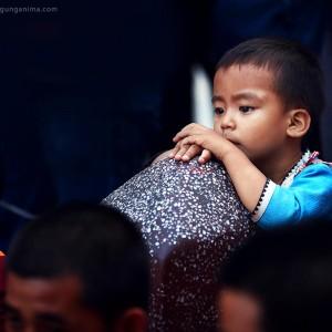 маленький непальский мальчик среди монахов